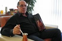 Marlenka z Frýdku-Místku chystá na trh novinku – kávu Marlenka. Na snímku Gevorg Avetisyan s novou kávou a džezvou, ve které se bude káva připravovat.