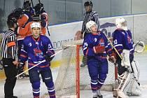 Hokejisté Nového Jičína (v modrém) získali v dosavadním průběhu sezony s Hodonínem v šesti zápasech jen dva body.