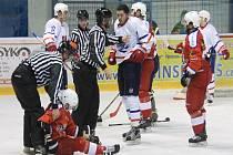 Novojičínští hokejisté (ve světlém) budou v domácím prostředí usilovat o vyrovnání série.