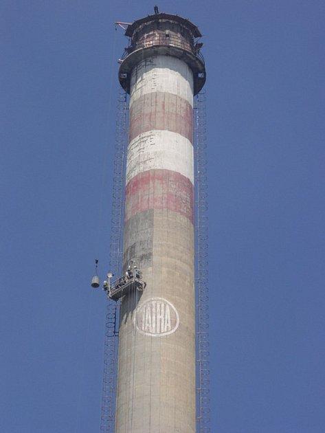 až do výšky 150 metrů musí v těchto dnech několikrát denně dělníci, kteří opravují jeden z komínů Energetiky Kopřivnice.