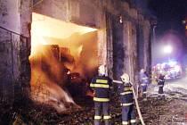 Rušnou noc z pátku na sobotu měli obyvatelé Kujav. Kolem deváté hodiny večerní začala hořet místní stodola, jež byla plná balíků slámy.