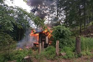 Čtyři jednotky hasičů zasahovaly v pondělí 6. července odpoledne v lesním porostu u obce Veřovice (okres Nový Jičín) u požáru menší rekreační chatky.