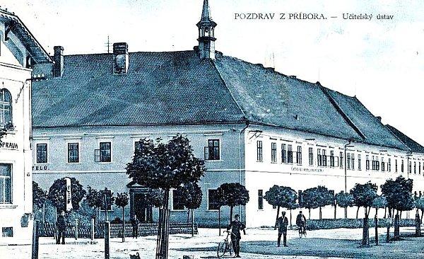 Piaristický klášter vcentru Příbora se během století téměř nezměnil. Dokládá to historická fotografie, přibližně zroku 1925, kdy byl objekt učitelských ústavem.