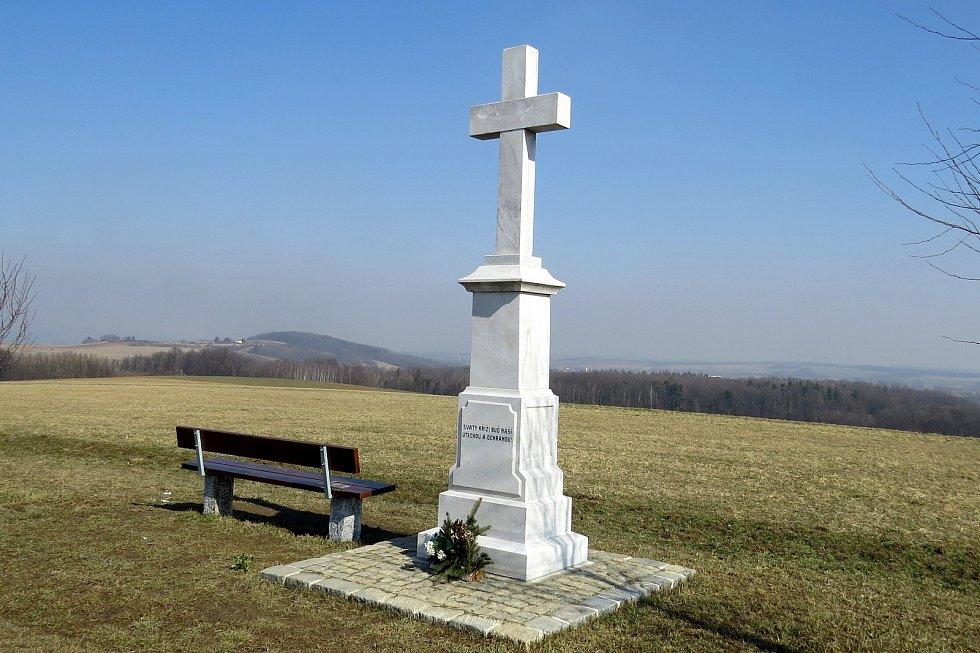 Tento mramorový kříž byl ukrytý tři čtvrtě století.