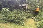 Odstraňování stromu spadlého na chatu v Bílovci-Staré vsi.