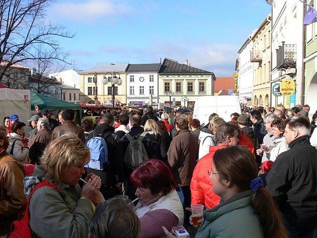 Tisíce lidí zavítalo v sobotu 15. listopadu na každoroční Svatomartinský trh, jež se koná na zdejším náměstí.