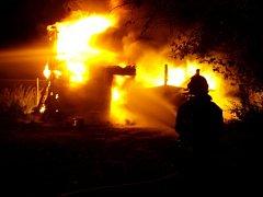 V úterý večer zasahovaly čtyři jednotky hasičů u požáru dřevěné kůlny v Pustějově.