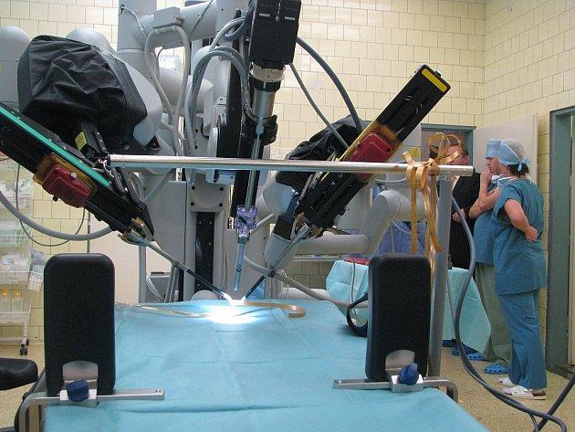 Na operační sál novojičínské nemocnice byl o víkendu instalován robotický systém da Vinci. Nový Jičín se tak, jako šestý v pořadí, stal centrem robotické chirurgie v České republice.