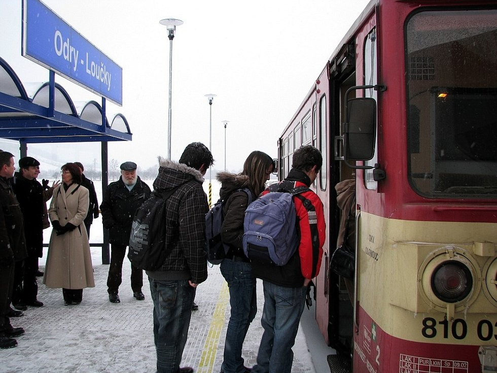 Novou vlakovou zastávku uvedli slavnostně do provozu v pondělí 16. února před půl osmou ráno v Loučkách, místní části Oder.