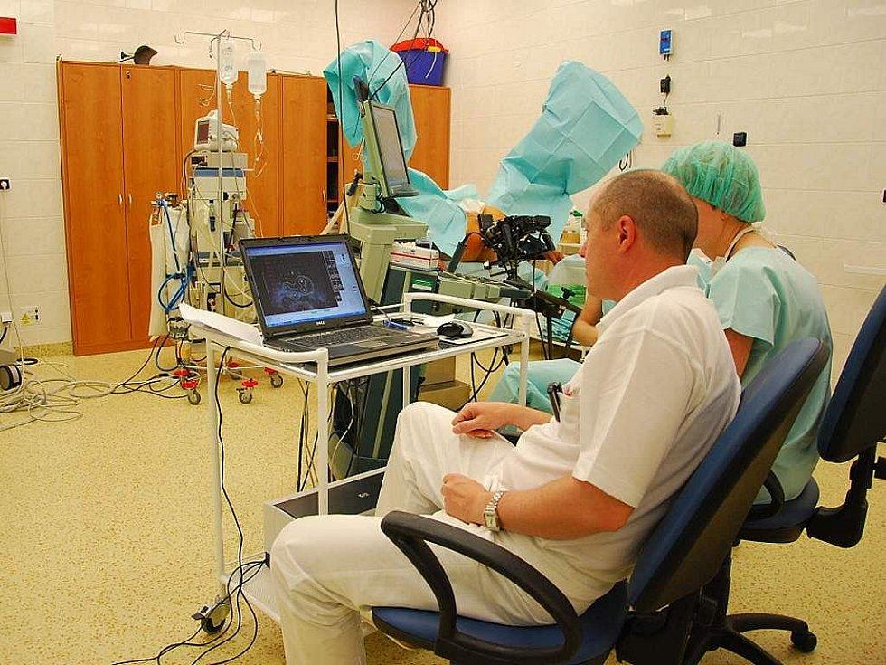 Od středy 30. září zahájila novojičínská nemocnice, jako jediná v zemi, novou metodu léčby rakoviny prostaty – permanentní brachyterapii.