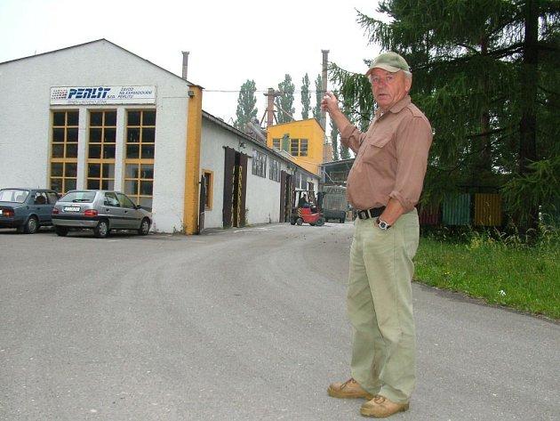 Josef Studený ukazuje na podnik, který obyvatelům v jeho blízkosti značně zenpříjemňuje život.
