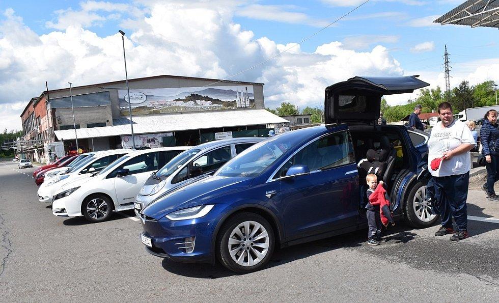 Příznivci elektromobility se v sobotu 29. května 2021 vydali na spanilou jízdou po Moravskoslezském kraji, aby si navzájem vyměnili zkušenosti a představili výhody elektromobilů veřejnosti.