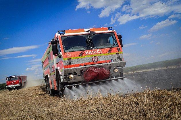 Požár pole se suchým jetelem vBravanticích likvidovali vsobotu 6.července odpoledne hasiči.