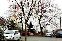"""Kromě tradičního vánočního stromu mají v Bílově poprvé také """"obecní"""" velikonoční strom."""