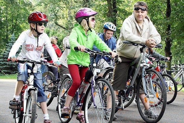 Děti na kolech musejí mít přilbu. Doprovod dospělých je na místě.