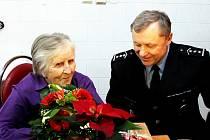 Miloslav Steiner, vedoucí Územního odboru Policie ČR v Novém Jičíně s Boženou Hubníkovou, která poslala policistům deset tisíc korun za odměnu.