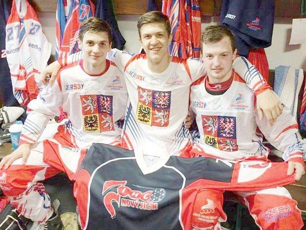 Trojice českých reprezentačních juniorů s klubovým dresem novojičínského IHC. Zleva: Jan Bartko, Lukáš Kaukič David Janiczek.