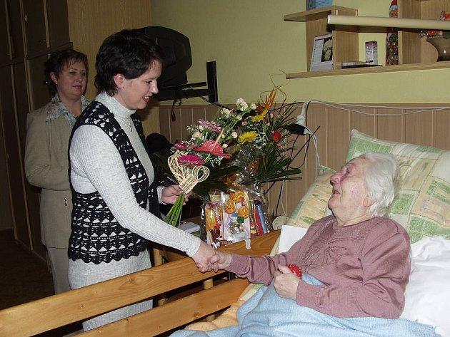 Štěpánce Nosskové  ke stým narozeninám včera popřál také starosta Nového Jičína Ivan Týle.