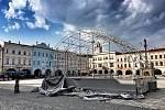 Na Masarykově náměstí v Novém Jičíně před pátou hodinou strhl živel plachtu na pódiu, kde vystupují umělci v rámci kulturního léta.