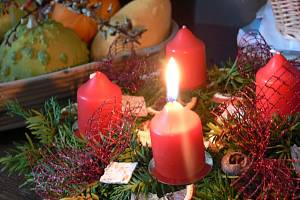 Adventní věnce patří mezi vánoční dekorace. Ilustrační foto.