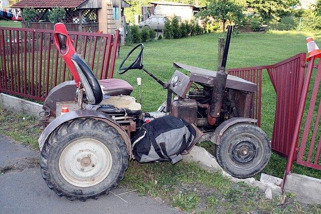 Řidič traktoru nezvládl jízdu svým podomácku vyrobeným strojem a narazil do plotu zahrady. Způsobil tak majiteli škodu v částce šesti tisíc korun.