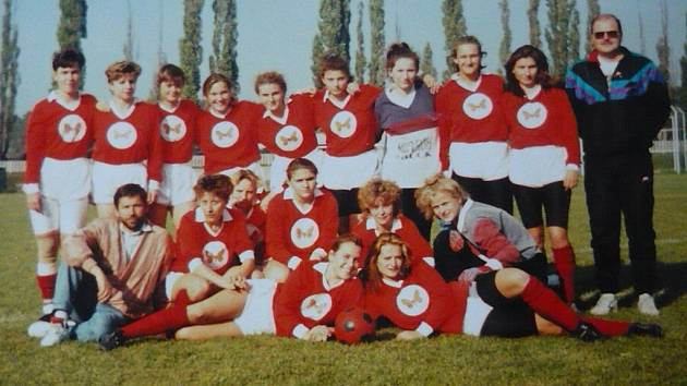 DRUŽSTVO ŽEN Z ROKU 1995. Trenér Ivo Socha (vlevo dole) a vedle Ladislava Slaniny (vpravo nahoře) jediná hráčka, která hraje ve Štramberku s několikaletou přestávkou dodnes, Pavlína Kvasničková.