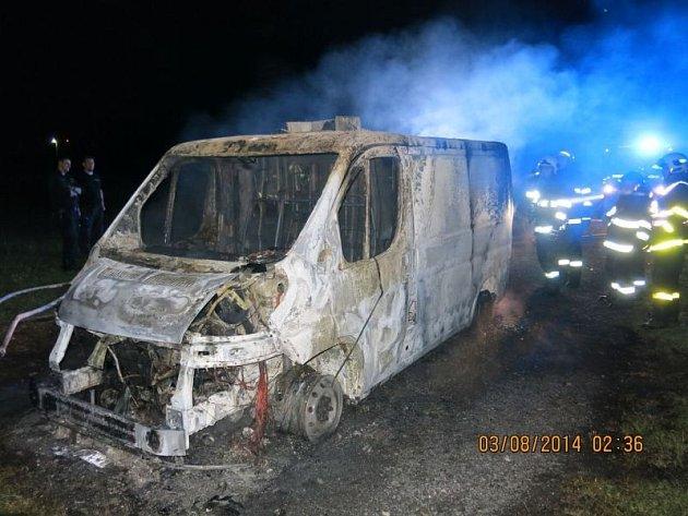 Ke dvěma požárům menších nákladních vozidel museli na Novojičínsku vyjížděli v noci ze soboty na neděli 3. srpna hasiči. (Kopřivnice)