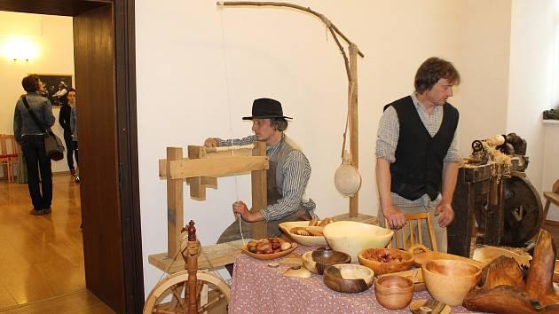 Starý soustruh, práci s historickými nástroji, tkaní nití a další kdysi používané technologie mohli poznat a vyzkoušet si návštěvníci Dne se starými technologiemi v muzeu v Příboře.