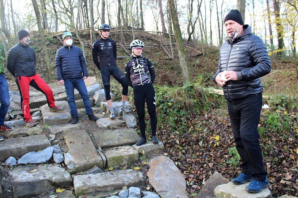 Součástí Cow trailu v Suchdole nad Odrou-Kletném jsou také kamenné schody.