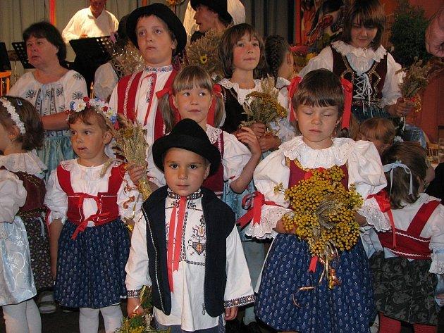 I letos bylo v Závišicích k vidění mnoho krojů, které každoročně na tuto akci půjčuje Jaromíra Hajdová, která tak udržuje lidovou tradici v obci.