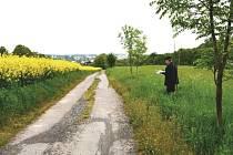 Bílovecký farář Lumír Tkáč ukazuje, kudy by zamýšlená křížová cesta z Bílovce do Bílova mohla vést.