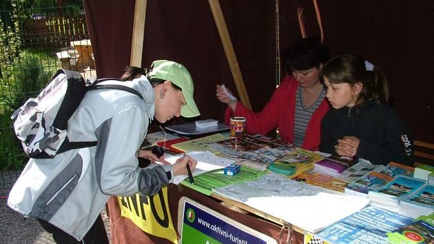 Ve stánku získali návštěvníci frenštátského kempu mnoho propagačních materiálů.