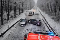 Profesionální hasiči z Nového Jičína zasahovali v pátek odpoledne v  Hostašovicích u nehody tří osobních automobilů, která si vyžádala dvě zraněné osoby.