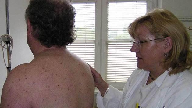 Znaménka, kožní nádorky i jiné pigmentové projevy si mohou nechat zdarma prohlédnout zájemci, kteří navštíví v pondělí kožní oddělení novojičínské nemocnice.