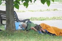 Park za Českou spořitelnou si bezdomovci v Novém Jičíně oblíbili.