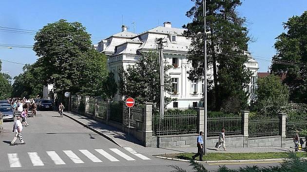 Městská knihovna v Novém Jičíně sídlí v secesní vile v Husově ulici.