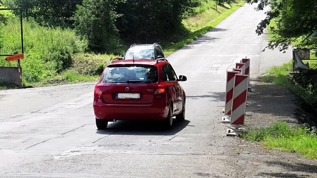 Silnice vedoucí okolo bývalých Sirkových lázní u Nového Jičína je dlouhá léta ve špatném stavu.