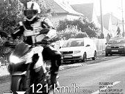 Motorkář na snímku z policejní kamery.