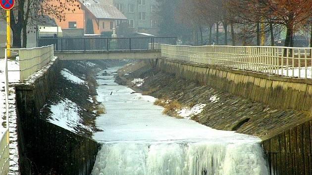 Jez ve Fulneku, naproti hotelu Zlatý kříž, téměř zamrzl.