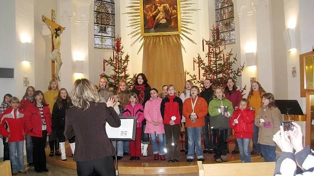 Výjimečný koncert školních pěveckých sborů Zpěváček a Jitřenka se uskutečnil ve čtvrtek 8. ledna ve Španělské kapli.