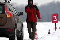 Řidiči se ve čtvrtek 11. února mohli v praxi naučit reagovat na komplikace způsobené jízdou na sněhu v rámci 2. ročníku Školy smyku. Tu u mošnovského letiště pořádala společnost Auto Heller ve spolupráci s odborníky z mostecké HCT – High Car Training.
