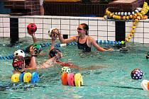 Rušno bylo v úterý 21. prosince na krytém bazéně v Novém Jičíně. Klub vodních sportů tam pořádal další Vánoční plavání.