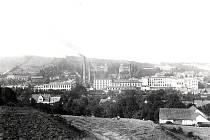Rozlehlý areál kloboučnické firmy, za kterým lze vidět známé Hückelovy vily.