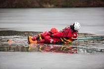 Cvičení profesionálních hasičů na vodní nádrží v Bílovci.