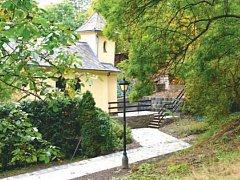 Okolí kaple Panny Marie Pomocné v Bílovci po rekonstrukci velmi prokouklo. Další práce na historické památce město plánuje na příští rok.