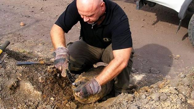Policejní specialista likviduje nevybuchlou pumu, kterou nedávno našli u Studénky.