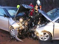 Čelní náraz vozidel si vyžádal zranění tří osob.