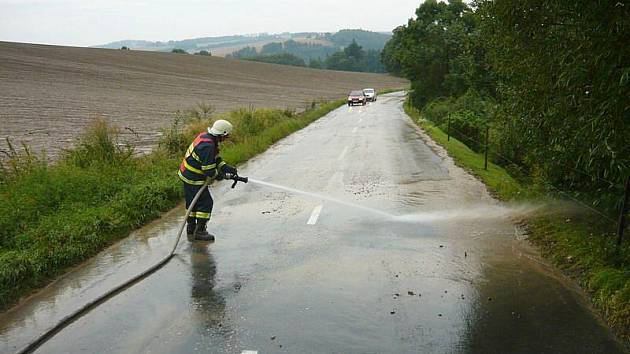 Pět minut prudkého deště zanmenalo pro hasiče ze Slatiny hodiny náročné práce na silnicích.