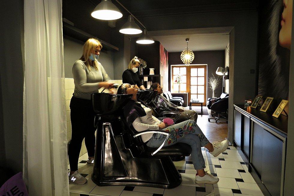 Kadeřnice v salonu I Love My Hair v Novém Jičíně mjí od prvního dne obnoveného provozu, podobně jako ostatní kadeřnictví, plno objednávek.