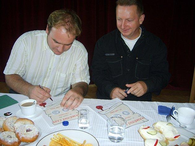 Starostové podepsali pamětní listy.